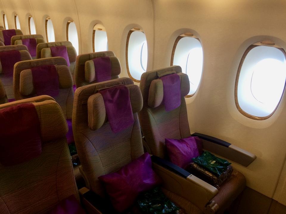 W klasie ekonomicznej fotele rozstawione są w trzech rzędach - po trzy i cztery miejsca. Na każdym z foteli czeka zestaw powitalny, a w nim m.in. koc i poduszka.