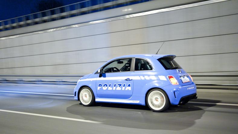 Szalony maluch w barwach włoskiej policji przykuwa wzrok przechodniów i innych kierowców