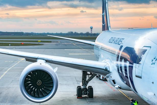 Ze względu na przedłużające się obostrzenia w wielu krajach, a także nowe restrykcje nakładane na pasażerów, popyt na podróże lotnicze drastycznie spada - tłumaczy LOT.