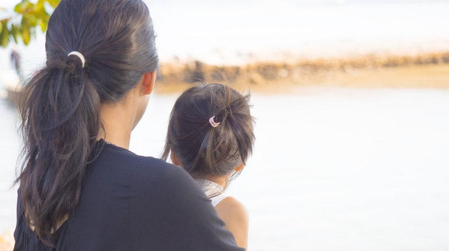 Płaci alimenty na córkę, chociaż to ona ją utrzymuje