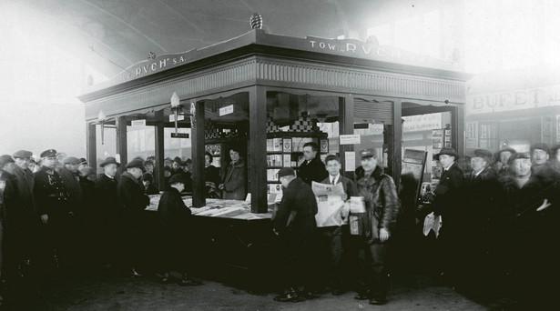 """Kiosk """"Ruchu"""" na Dworcu Głównym w Warszawie, 1928 r."""
