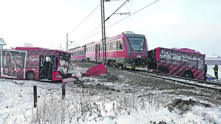 NIS01 voz naleteo na gradski autobus u selu Donje Medjurovo
