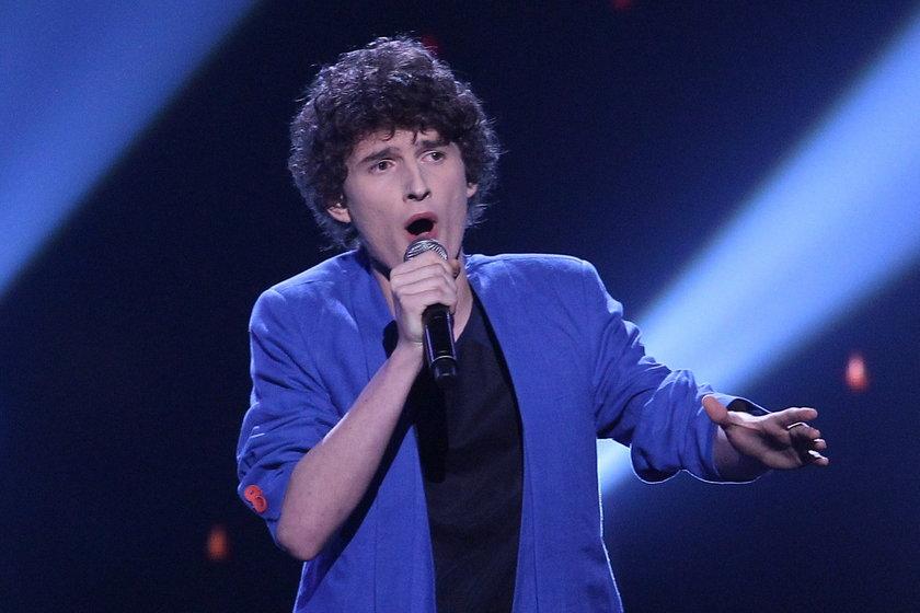 Dawid Podsiadło na scenie z mikrofonem