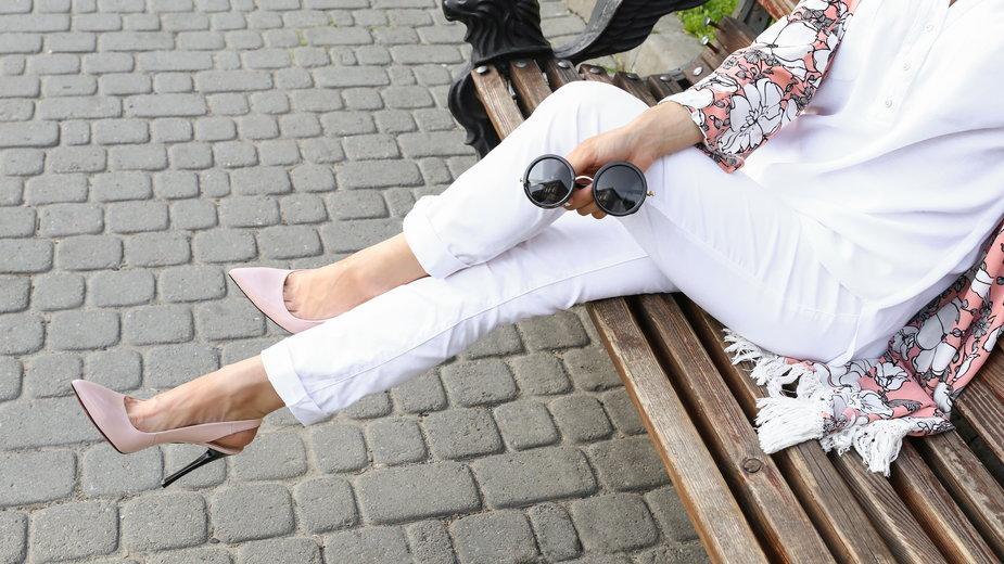 Trend na ciepłe dni: białe spodnie