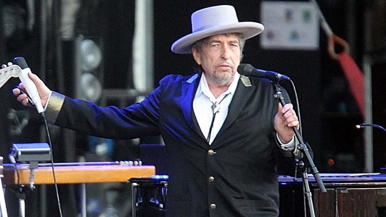 Bob Dylan, czyli Robert Allen Zimmerman, urodził się 24 maja 1941 roku w Duluth w stanie Minnesota, w rodzinie żydowskich emigrantów z Europy Wschodniej. Po kilku latach rodzina Zimmermanów przeprowadziła się do pobliskiego Hibbing