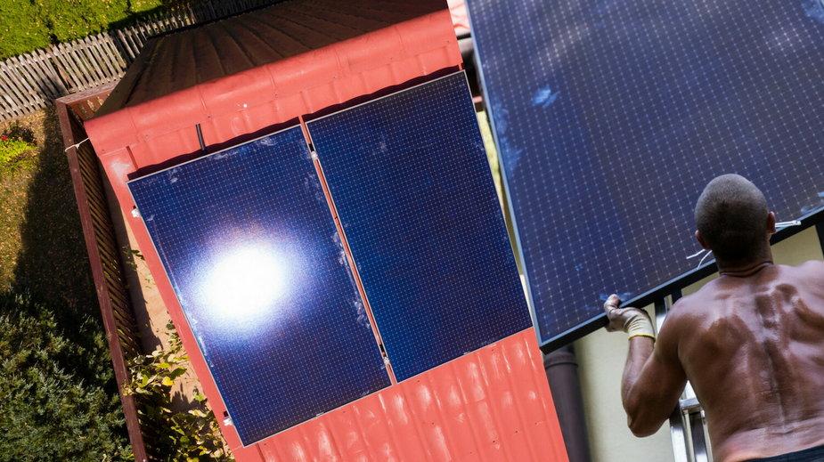 90 proc. Polaków źle montuje panele słoneczne. To grozi pożarami