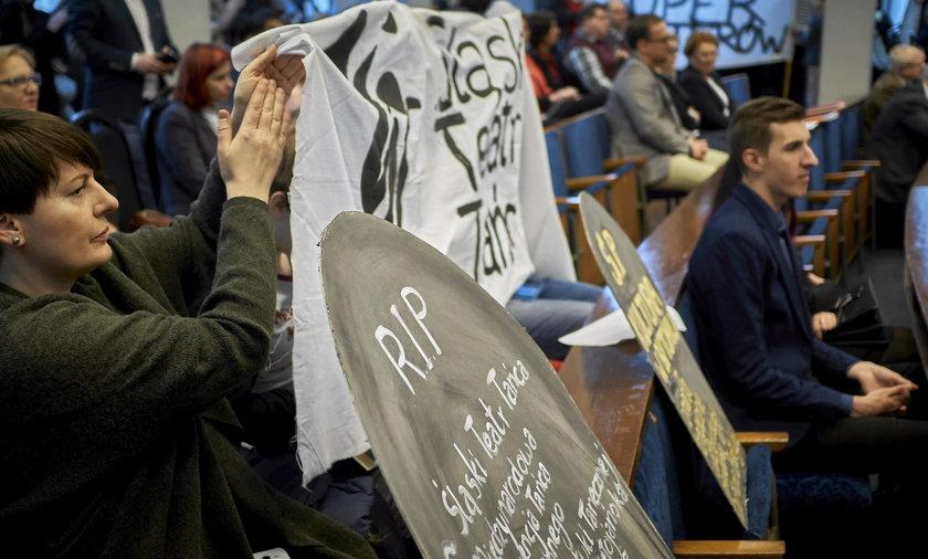Pikieta w obronie kultury na sesji rady miasta w Bytomiu