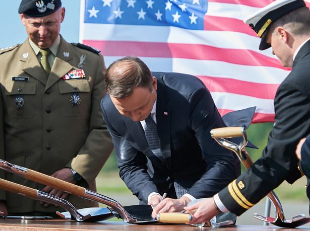 Andrzej Duda podpisuje się na okolicznościowych łopatach, podczas uroczystego wmurowania kamienia węgielnego pod budowę amerykańskiej instalacji obrony przeciwrakietowej na terenie polskiej bazy w Redzikowie