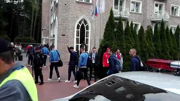 Naši reprezentativci ispred hotela