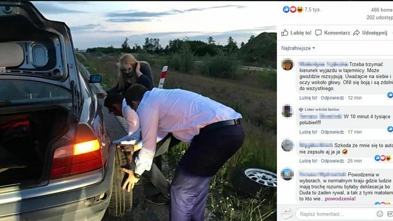 Rafał Trzaskowski pomaga zmienić koło w aucie
