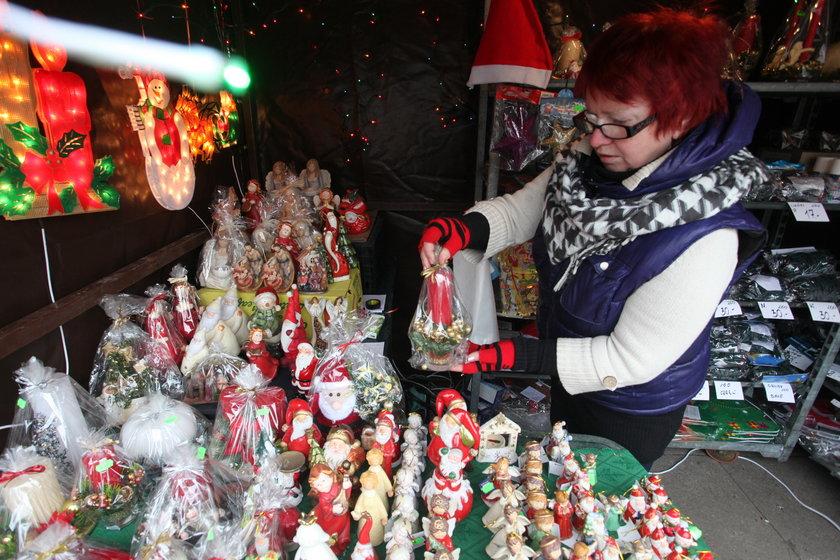 Sprzedawca pakuje świąteczne ozdoby