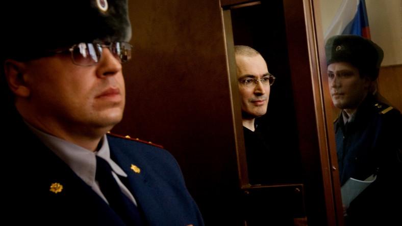 31 maja 2005 roku Michaił Chodorkowski i Płaton Lebiediew usłyszeli wyrok za nieprawidłowości przy prywatyzacji giganta naftowego Jukos oraz za uchylanie się od płacenia podatków. Obaj biznesmeni zostali skazani na 9 lat więzienia - wkrótce wyrok ten złagodzono do ośmiu lat. Wszystkie zdjęcia w tej galerii pochodzą ze strony http://khodorkovsky.ru