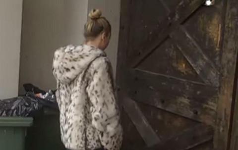 NADEŽDA NA KAPIJI RIJALITIJA, NIJE DUGO IZDRŽALA: Pevačica udara vrata i preti da će napraviti HAOS! VIDEO