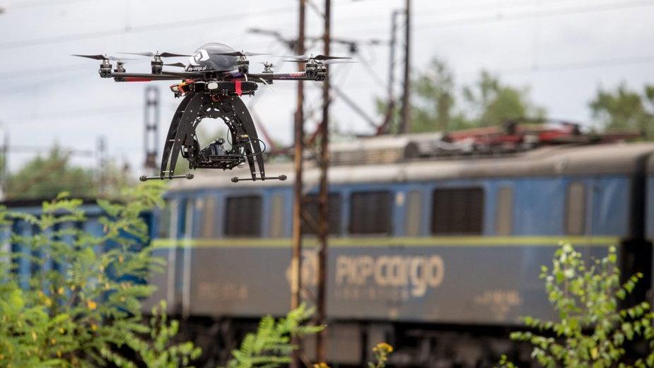 Drony monitorują kolejowe inwestycje, foto: PAP/Andrzej Grygiel