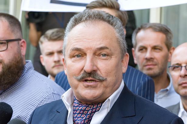 """Podczas piątkowej konwencji wojewódzkiej w Kielcach Kukiz podkreślił, że zdaje sobie sprawę, iż kandydat jego ugrupowania w wyborach na prezydenta Warszawy """"wielkich szans nie ma""""."""