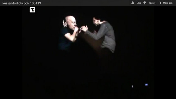 Kusturica nogom udara Vilisov hologram na otvaranju Kustendorfa