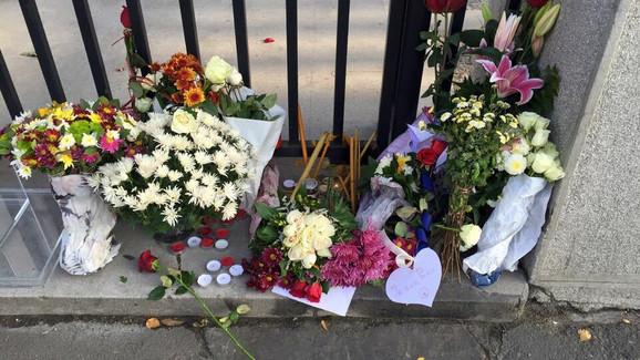 Cveće ispred francuske ambasade u Beogradu