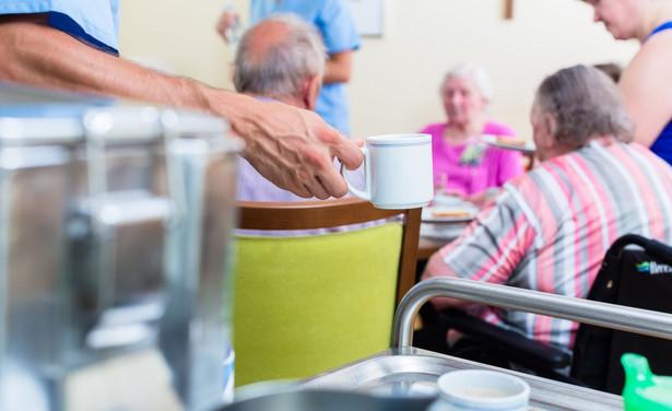 Osoby kierujące jednostkami organizacyjnymi pomocy społecznej muszą posiadać co najmniej 3-letni staż pracy w pomocy społecznej.