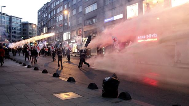 Zamieszki w Turcji. Fot. EPA/ULAS YUNUS TOSUN