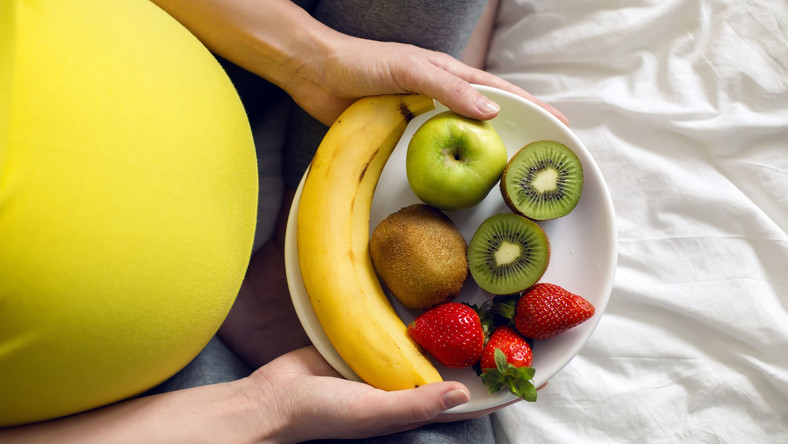 Kobieta w ciąży je owoce