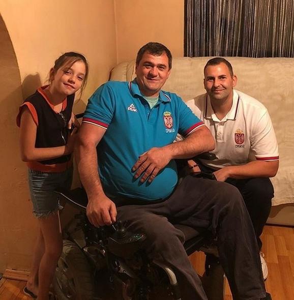 Adam Tatalović sa porodicom pokraj Studenice