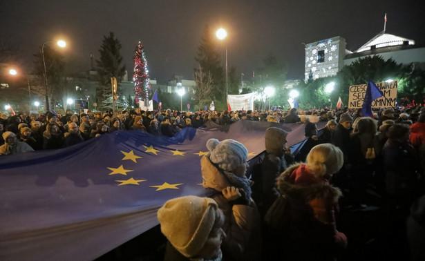 Polski rząd twierdzi, że po prostu skopiował ustawę francuską i niemiecką, ale to ma tylko odwrócić uwagę od faktu, że ta propozycja jest kolejnym atakiem na niezależność sędziów w Polsce, i bezpośrednim naruszeniem prawa unijnego oraz wymagań Europejskiego Trybunału Praw Człowieka.