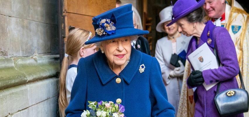 Spojrzeli na zdjęcie królowej i złapali się za serce! Ten jeden szczegół wzbudził w nich grozę