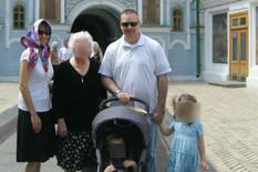 Tija i Nik sa decom ispred pravoslavne crkve
