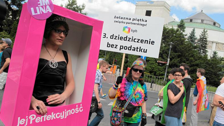 """Rzecznik Parady - Jego Perfekcyjność - wyjaśnił, że impreza nie jest tylko zabawą. """"To, co jest dla nas ważne, to to, żeby zwracać uwagę na wszystkie grupy wykluczonych i mówić o różnych rodzajach wykluczenia: ekonomicznym, dotyczącym osób niepełnosprawnych, oczywiście także osób LGBT."""
