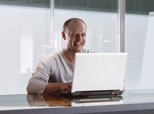 Mężczyzna pracujący na komputerze. Fot. Shutterstock