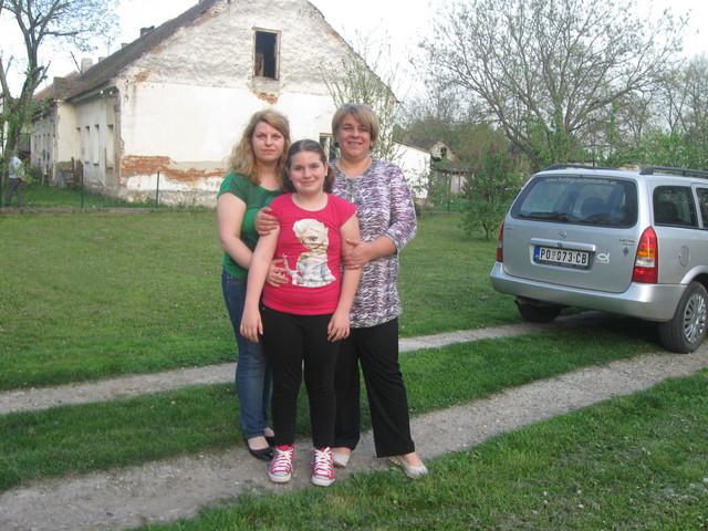 Irena s majkom Suzanom i učiteljicom Natašom