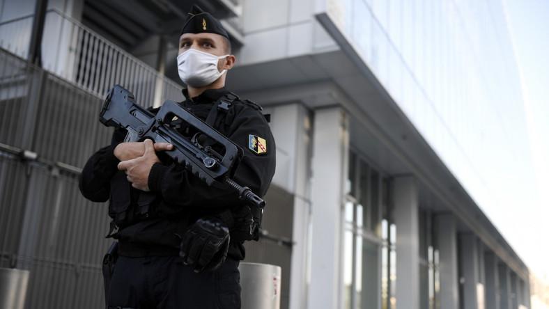 Francuski policjant przed gmachem sądu