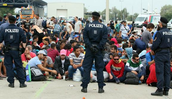 Izbeglice mađarskim vlasitma poručile da se neće pomeriti makar čekali narednih mesec dana