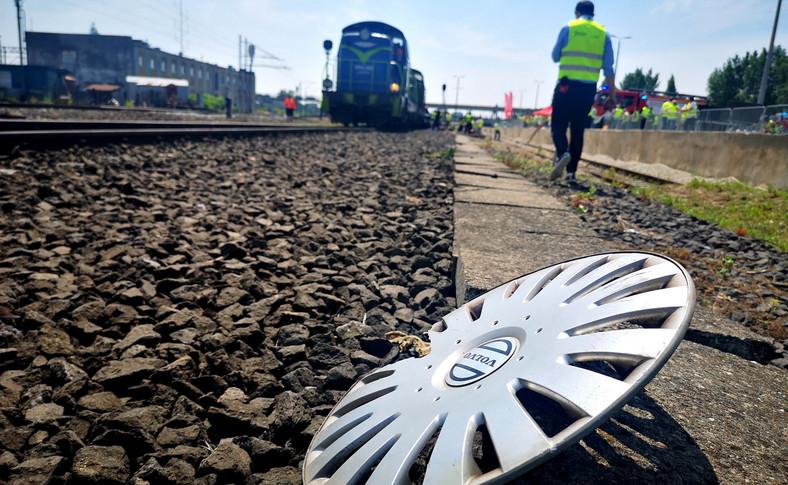 Pociąg jechał ok. 30 km/h i staranował auto, które utknęło na przejeździe między szlabanami. Skład zatrzymał się dopiero po ponad 60 m od chwili uderzenia. Samochód został kompletnie zmiażdżony. Warto wiedzieć, że rozpędzony skład towarowy hamuje do zera na odcinku ponad 1,5 km