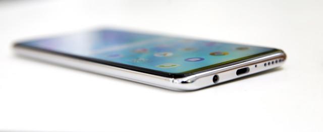 Telefon ima ekran od 6,12 inča