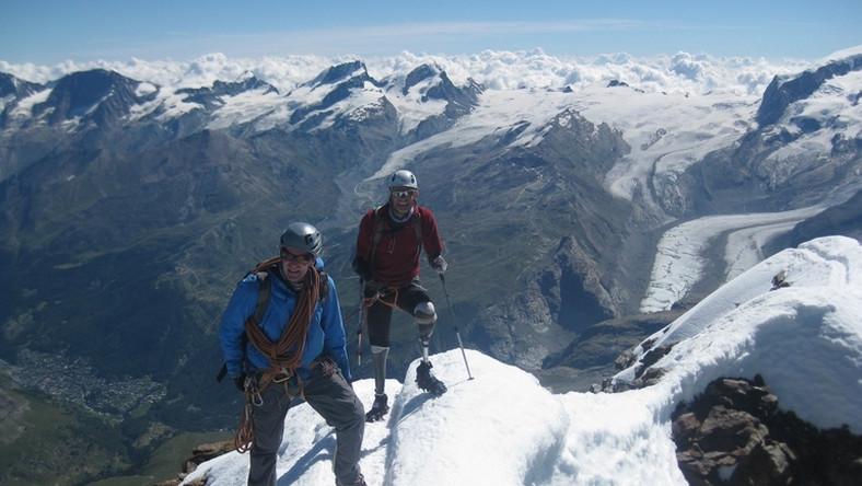 Niepełnosprawny Brytyjczyk bez rąk i stóp zdobył Matterhorn Andrew jako 30-latek, na skutek odmrożenia podczas wspinaczki we Francji, w burzy śnieżnej stracił obydwie ręce i stopy. Do wyprawy na Matterhorn przygotowywał się pięć lat. Wszedł na wierzchołek razem z dwoma przewodnikami.