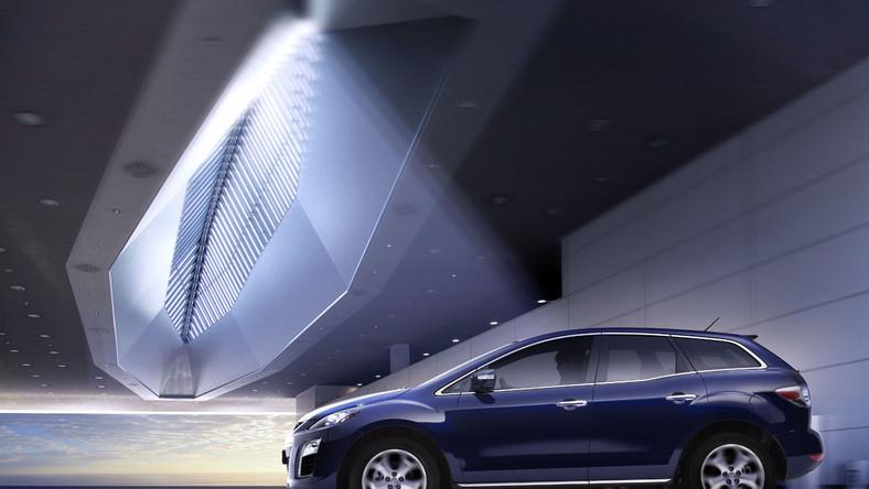 W odświeżonej CX-7 pojawił się nowy system monitorowania tyłu pojazdu (RVM) i układ włączający światła ostrzegawcze (ESS)
