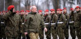Zakaz noszenia munduru dla cywili. A co z Macierewiczem?