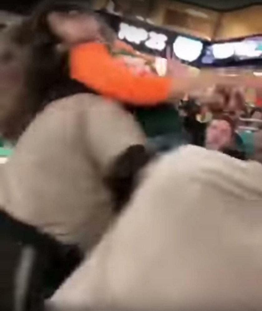 Podczas meczu 30-latka została dosłownie znokautowana przez  policjanta
