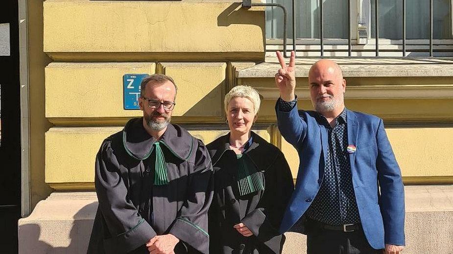 Dzisiejszy wyrok w Gdańsku. Od lewej: mecenas Kochanowski, mecenas Warecka, prezes Jasionek