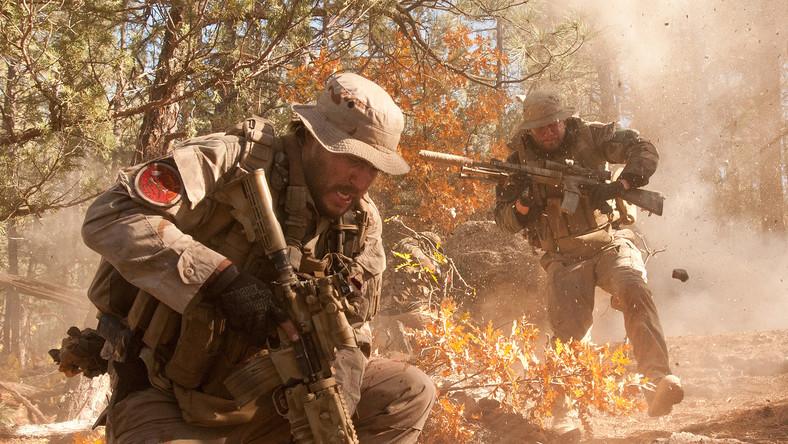 Reżyser Peter Berg opowiada o feralnej akcji rekonesansowej amerykańskich komandosów w Afganistanie, gdzie dzielne chłopaki, wykazując się sercem, naraziły się na zagrożenie ze strony wroga