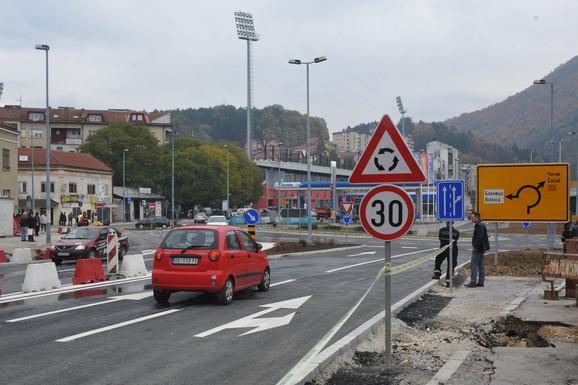 Na kružnom toku i prilazima postavljeno 60 saobraćajnih znakova