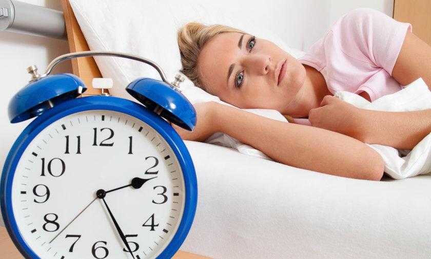 kobieta nie może zasnąć