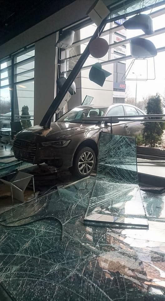 Warszawa Audi Wjechało Do Biurowca Kierowca Się Pomylił
