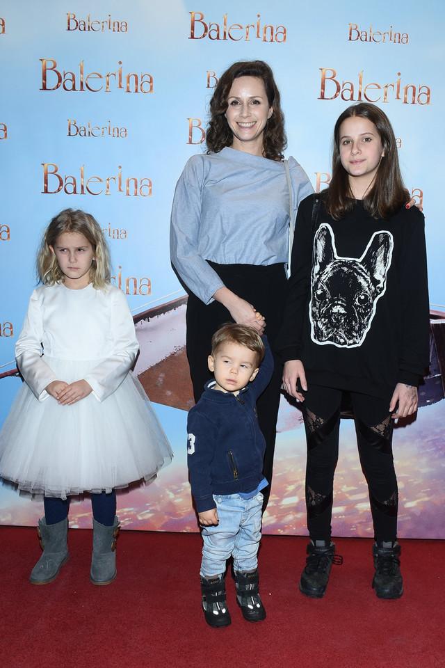 Monika Mrozowska w sukniach ślubnych. Którą wybierze?