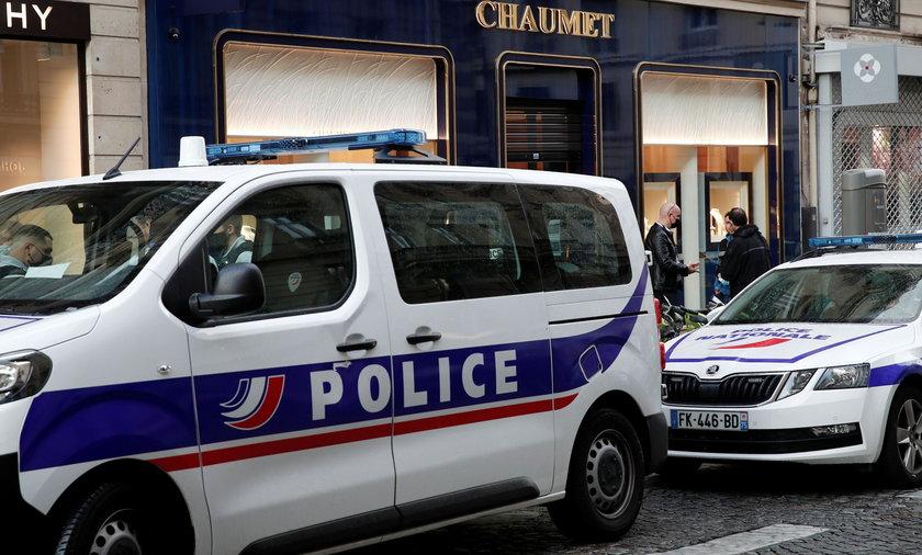 Butik z biżuterią w Paryżu, w którym rabuś dokonał zuchwałego napadu