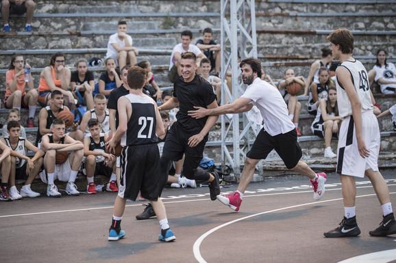 Bogdanović i Teodosić u akciji na Bogdanovom košarkaškom kampu