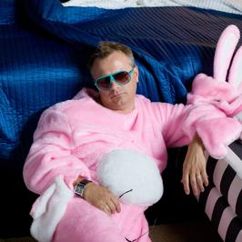 """""""Hotel 52"""": Piotr Szwedes w stroju królika"""