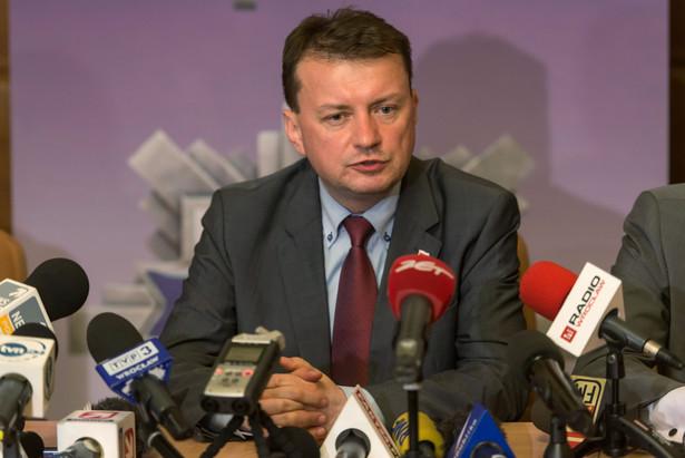 Minister spraw wewnętrznych i administracji Mariusz Błaszczak podczas konferencji prasowej we Wrocławiu. Policja zatrzymała podejrzanego o podłożenie ładunku wybuchowego w autobusie.