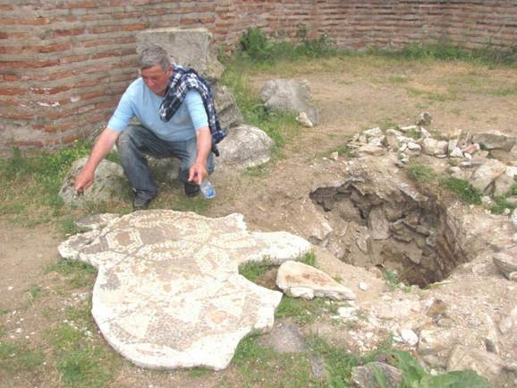 Lopovi su krampovima razbili ploču sa mozaikom na lokalitetu Caričin grad